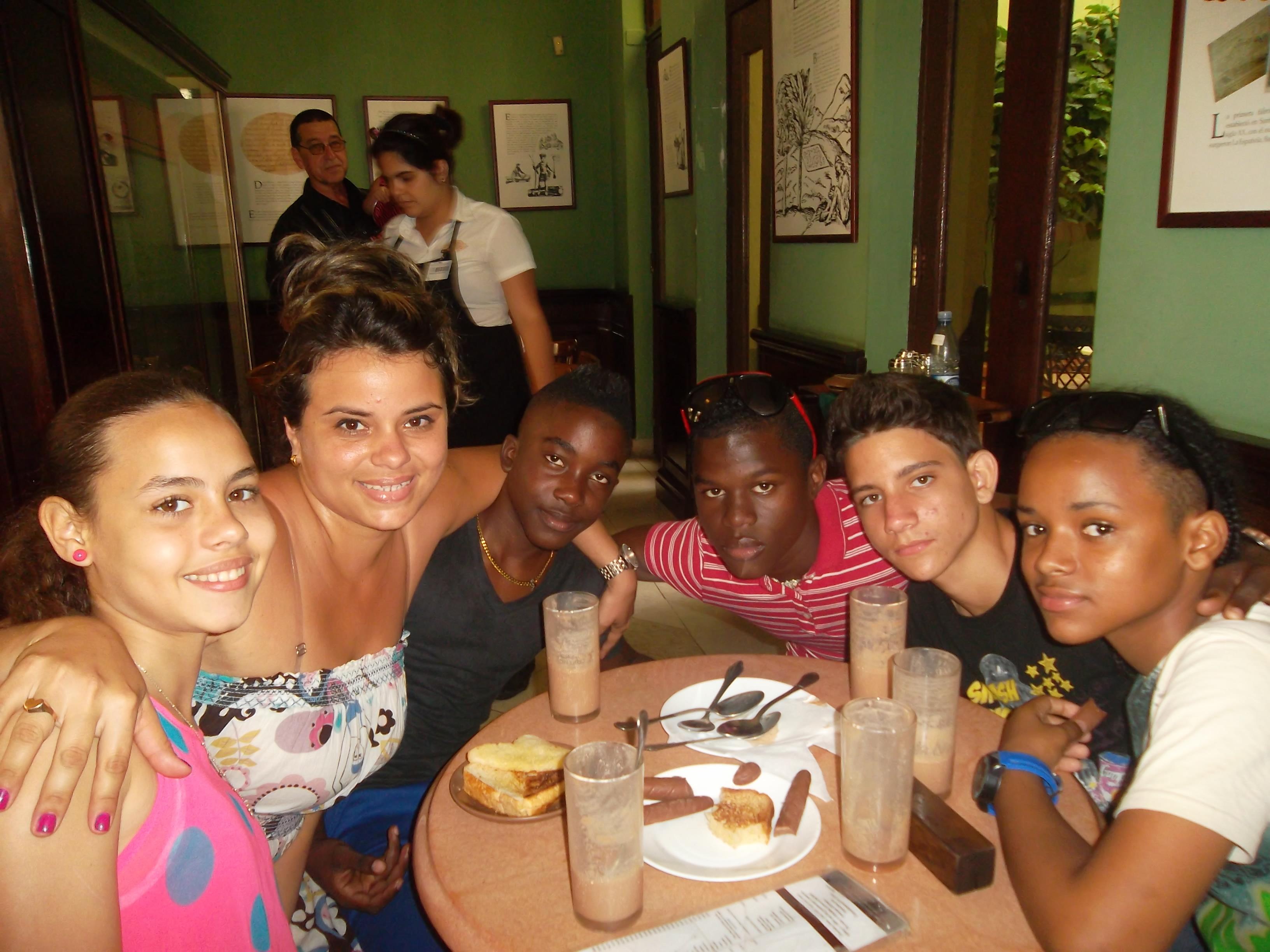 """Niños protagonistas del filme cubano """"Conducta"""" con Yamarachi Torres en La Casa del Chocolate ubicada en La Habana, el domingo 23 de marzo."""